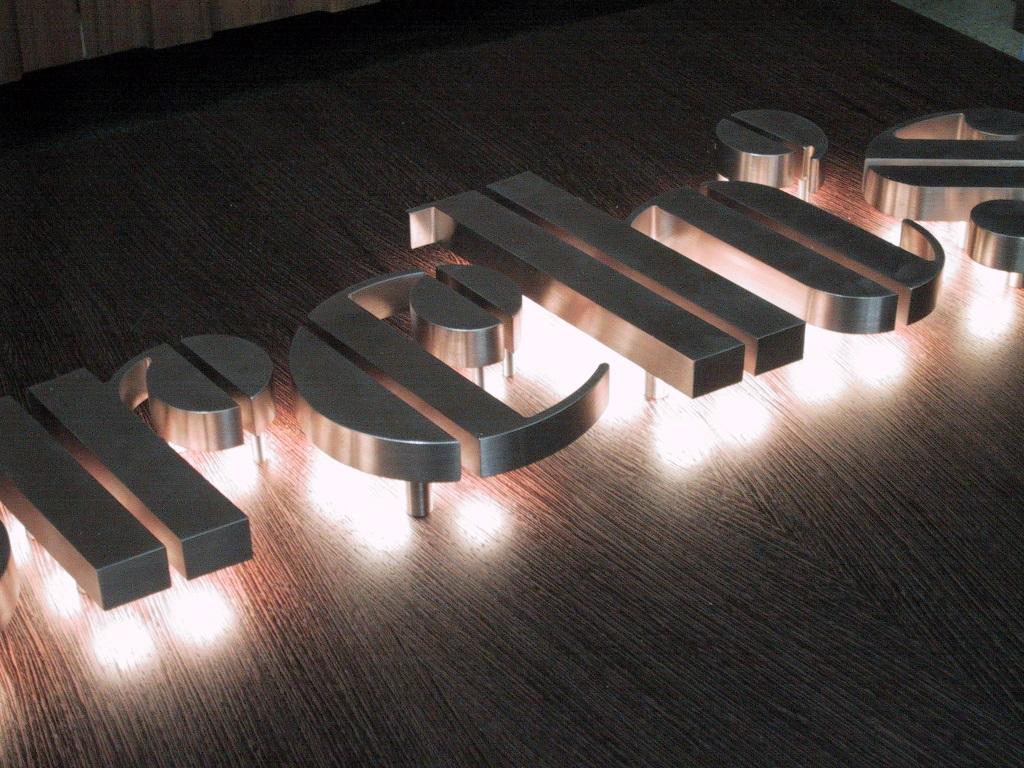 Insegna luminosa a led – Backlit led banner